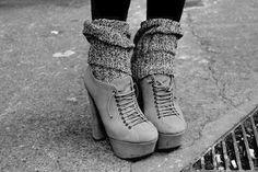 Francesine grigie con tacco alto e calzettoni sulle calze