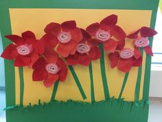 Äitienpäiväkortti. Keskellä pieni huoparulla. (Alakoulun aarreaitta FB -sivustosta / Tuula Laurila) Spring Crafts For Kids, Art Classroom, Presents, Day, Gifts, Favors, Gift