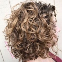 layered curly hair Messy Lob with Large Messy Curls Your long, loopy curls can look amazing in voluminous tousled hairstyles. Messy is the key word here, and thats just what you Curly Hair Styles, Curly Hair Tips, Medium Hair Styles, Natural Hair Styles, Updo Curly, Medium Curly, Long Curly, Lob Hairstyle, Easy Hairstyles
