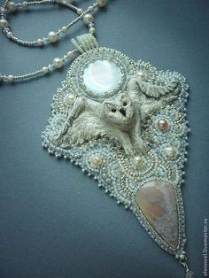 Snowy owl and winter necklace with pearls and Agat. Jewelry Art, Beaded Jewelry, Handmade Jewelry, Jewellery, Gold Jewelry, Bead Embroidery Jewelry, Beaded Embroidery, Bridesmaid Earrings, Bead Art