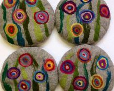 felted wool crafts Handfelted Seat Cushion with big flowers, light grey Felted Wool Crafts, Felt Crafts, Nuno Felting, Needle Felting, Felt Cushion, Felted Soap, Felt Coasters, Wool Art, Textiles