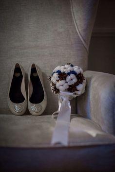 Букет невесты из хлопка и шишек Букет невесты из хлопка Свадебный букет из шишек  Свадебный букет из шишек, хлопка и стабилизированных роз. Первая Мастерская Брошь-Букет, г. Санкт-Петербург