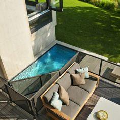 petite piscine hors sol, extérieru de maison contemporaine
