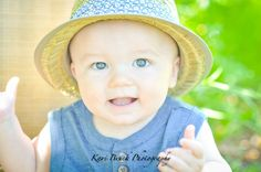 6 month baby boy photo shoot session idea. Hat and old suitcase in a field of daisies inspiration. Six month old pictures for fun photography ideas.