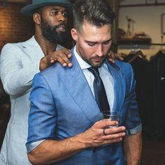 O noivo é tão importante quanto a noiva neste grande dia, quanto mais o noivo participar e também opinar nos preparativos mais aproveitaram e perceberam o quanto esse dia foi construído com a personalidade, toque e o carinho de ambos. #fotografia #penteados #noivo #universodasnoivas #casamentodossonhos #make #madrinha #madrinhasdecasamento #casamentonapraia #casamentodoano #casamentonocampo Suit Jacket, Blazer, Suits, Barbershop, Toque, Jackets, Style, Fashion, Wedding On The Beach