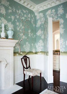 Beautiful Chinoiserie wallpaper in a dining room with white wainscoting and dark stained floors. Handsome and classic Chinoiserie Wallpaper, Of Wallpaper, Gracie Wallpaper, Beautiful Wallpaper, New York Bedroom, Estilo Shabby Chic, Decor Inspiration, Elegant Dining Room, Atlanta Homes