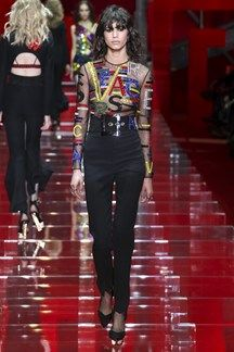 Versace Fall 2015 Ready-to-Wear Collection Photos - Vogue Fashion Moda, High Fashion, Fashion Show, Fashion Looks, Fashion 2015, Vogue Fashion, Milan Fashion, Fashion News, Atelier Versace