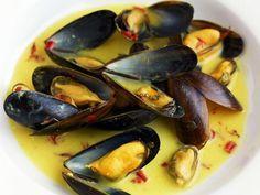 Miesmuscheln mit Chili-Safran-Soße ist ein Rezept mit frischen Zutaten aus der Kategorie Muscheln. Probieren Sie dieses und weitere Rezepte von EAT SMARTER!