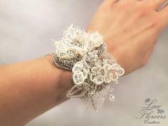 Bracciale sposa/damigella corsage gioiello con strass e pizzo | matrimonio | regalo per damigella bridesmaid di LaceFlowersCreations su Etsy