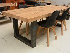 Het eikenhout tafelblad van de stoere tafel eikenhout met stalen poten is in verstek gezaagd en 'omgevouwen' waardoor het lijkt alsof de tafel 7 cm dik is