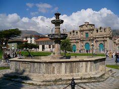 La Plaza de Armas en Cajamarca, Peru.Hay dos viejos iglesias grandes que son tan bonitas y maravillosas.