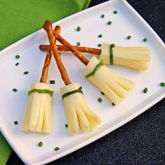 Halloween food for kids - 26 ideas and recipes for kids .- Halloween Essen für Kinder – 26 Ideen und Rezepte für Kinderparty Witches sticks Salzletten with slices of cheese and chives - Buffet Halloween, Halloween Make, Halloween Food For Party, Halloween Treats, Halloween Witches, Halloween Recipe, Halloween Decorations, Healthy Halloween, Spooky Treats
