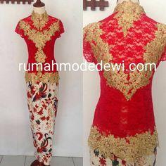 Dress Warna Merah Maroon Dengan Kombinasi Warna Emas