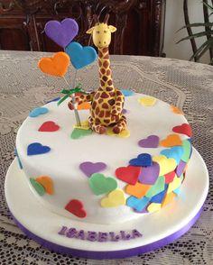 Torta de 30 porciones con corazones de colores y jirafa de cerámica en frío.
