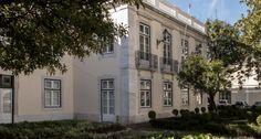 """O Palácio Marquês de Angeja.  Depois de ter visto o seu palácio no centro da cidade arrasado pelo terramoto de 1 de novº. de 1755, D. Pedro José de Noronha, Marquês de Angeja, viu a Coroa ceder-lhe uns terrenos perto de Belém onde antes se situava o Forte de São Pedro. Ali, o estadista, que pouca simpatia nutria por Marquês de Pombal – é dele a expressão que se tornou popular """"mal por mal antes Pombal"""" ergueu um palácio além de residência, era museu repleto de curiosidades, no mínimo…"""