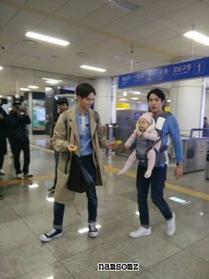 CNBLUE's Yonghwa and Jonghyun try hard to make baby Rohee smile - http://www.kpopvn.com/cnblues-yonghwa-and-jonghyun-try-hard-to-make-baby-rohee-smile/