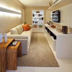 Sala íntima pequena, estreita, mas muito aconchegante com linhas retas e iluminação indireta...  {Projeto: Patricia Fiúza, via Casa Vogue}