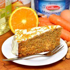 Worteltaart (carrot cake) recept voor een zoete taart die heerlijk zacht en vochtig van structuur is. Zo blijft de taart dagenlang sappig vers. Bak je mee?