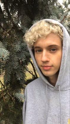 blonde suits him so well Troye Sivan, Sivan Picture, Beautiful Men, Beautiful People, Pretty People, Blue Neighbourhood, Dodie Clark, Tyler Oakley, Lost Boys