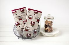 Kitchen oven mitts pair with owls - Linen oven mitts with marsala owls -  Grey cooking oven gloves - Mother's day gift by LinenHomeShop on Etsy #linen #ovenmitts