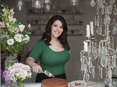 The voluptuous Nigella Lawson, Queen of cooking shows and easy recipes in the United Kingdon, presented her new cooking show Simply Nigella at MIPCOM Chefs, Nigella Kitchen, Simply Nigella, New Cooking, Portraits, Tv Presenters, Jolie Photo, Lingerie Models, Beauty Women