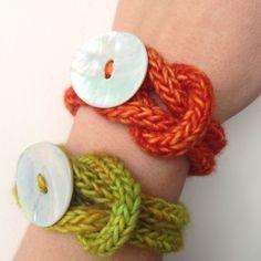 Qui a dit, ou même pensé, que l'on ne pouvait rien faire de joli avec un fil de tricotin. Faux et archi-faux ! Notre spécialiste en tricotin tout, talitre et cie, nous prouve le contraire avec ces deux adorables bracelets ! Et vous connaissez la bonne...