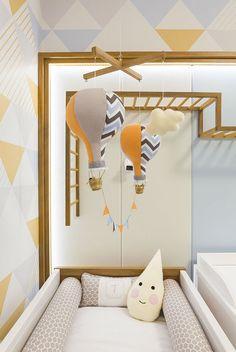 Projetado pelo escritório Redecker + Sperb, este quarto de bebê traz diversas saídas personalizadas e inteligentes para o decor. Vem ver!