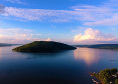Finger Lakes, Hammondsport, New York. While the other famed Finger Lakes are slender and straight, Keuka is a crooked prize, that also happens to be one of the only Y-shaped lakes in the entire world. Summer Vacation Spots, Vacation Ideas, Lake George Village, Lakefront Property, Fun Winter Activities, Small Lake, Summer Pictures, Lake Life, Travel Usa