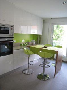 Bucatarie alb cu verde Cuisines Design, Kitchen Remodel, Kitchen Design, New Homes, Kitchen Cabinets, Design Inspiration, Table, Furniture, Home Decor