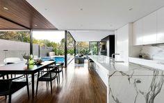 Este hogar australiano equilibra dos estilos separados por trescientos años de distancia.