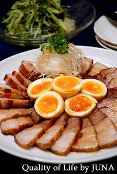 自家製チャーシュー☆トロ卵添え by JUNA(神田智美) / 長時間煮込むチャーシューではなく、さっと煮て肉々しさを味わう男性大喜びの一品です。我が家の大人気定番メニューです。丼にしてもパンにはさんでもおいしいですよ~。 / Nadia