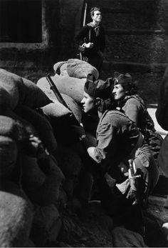 Miliciennes anti-fascistes défendant une barricade (Barcelone 1936) par Robert Capa.