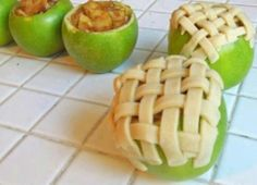Granny smith individual apple pies - I've GOT to try this! Granny smith apples 1 tsp cinnamon cup sugar 1 tbls brown sugar pie crust preheat oven to 375 degrees Think Food, I Love Food, Good Food, Yummy Food, Köstliche Desserts, Delicious Desserts, Individual Desserts, Dessert Recipes, Apple Desserts