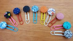 Clips estilisados com botões forrados (número 22) que podem servir como marcadores de livros ou dar um toque especial em um bilhetinho especial! Simples e ótima ideia para lembrancinhas em eventos especiais! R$ 2,50