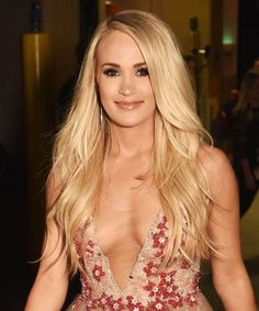 "Hoda Kotb and fans keep telling Carrie Underwood her face ""looks the same. Carrie Underwood Hot, Carrie Underwood Pictures, Country Female Singers, Hot Country Girls, Country Girl Pictures, Country Music, Women Of Rock, Celebrity Photos, Celebrity Babies"