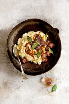 Cosy winter soul food including the best bits from your vegetable garden this month. Because if you planted parsnip (pastinaak), you'll be able to pull them out right now - and use them for a lovely homemade stew 😋🍲 Best Lunch Recipes, Easy Dinner Recipes, Sweet Recipes, A Food, Food And Drink, Garlic Shrimp Pasta, Tomato Cream Sauces, Balanced Meals, Delicious Magazine