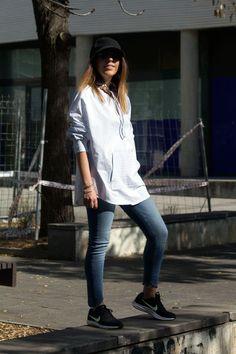 28c039660c0a8 Camisa sudadera de Zara. Jeans azules también de Zara. Riñonera marrón de  piel de