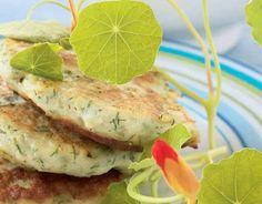 Kalamurekepihvit ja kermaviilikastike Jauha kalafileet tasaiseksi massaksi monitoimikoneessa tai tehosekoittimessa tai osta valmiiksi jauhettua kalaa. Lisää muut ainekset ja pyöräytä seos tasaiseksi taikinaksi. Muotoile taikina kostutetuin käsin pihveiksi. Kuumenna kasviöljy pinnoitetussa pannussa ja paista pihvejä miedolla lämmöllä molemmilta puolilta 4-5 minuuttia, kunnes ne ovat kauniin ruskeita ja sisältä kypsiä. Sekoita kastikeainekset keskenään ja tarjoa pihvien …