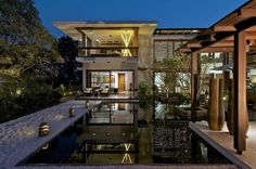 The exquisite Courtyard House in Gujrat, India is a concept created by the Hiren Patel Architects to make a simple house turn into a personal paradise. Contemporary Interior Design, Modern House Design, Contemporary Homes, Modern Homes, Ahmedabad, Amazing Architecture, Interior Architecture, Villas, Table Farmhouse
