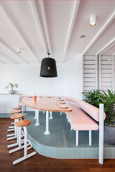 Many restaurants offer more than just great food: they also offer great design. Find inspiration for your home in these inspiring restaurant interiors. Design Café, Cafe Design, Design Ideas, Bar Table Design, Cafe Bar, Commercial Design, Commercial Interiors, Modern Restaurant Design, Restaurant Trends