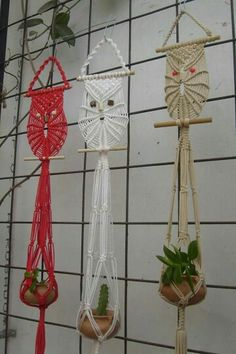 Macrame owl and 🐈 Rope Crafts, Yarn Crafts, Diy And Crafts, Macrame Owl, Macrame Plant Holder, Macrame Curtain, Creation Deco, Macrame Design, Macrame Projects