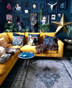 Yellow sofa black walls I'm not this stylish but awesome. Interior Design For Living Room Style At Home, Home Look, Interior Design Living Room, Living Room Designs, Color Interior, Cool Living Room Ideas, Bohemian Interior Design, Yellow Interior, Eclectic Design