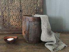 Oude houten pot met ijzeren details. Afmetingen: Diameter:18 cm Hoogte: 18 cm Passend in een landelijk, sober en stoer interieur.