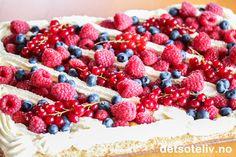"""Her har du en flott kake til sommerfesten! Dette er en stor suksesskake som dekkes med både deilig Firkløverkrem og gul suksesskrem, og deretter søt, pisket fløtekrem og til slutt masse friske bær. Jeg har kalt kaken for """"Sommersuksess"""" - og det er nettopp det denne kaken er! Dessert Cake Recipes, Desserts, Frisk, Sweet Life, Let Them Eat Cake, Icing, Raspberry, Food And Drink, Chocolate"""