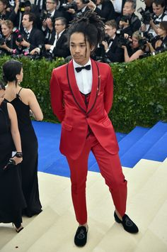 Celebrities wearing Dolce & Gabbana at the 'Rei Kawakubo/Comme des Garcons: Art Of The In-Between' Costume Institute Gala at the Metropolitan Museum of Art on May 2017 Rei Kawakubo, Big Fashion, Fashion Show, Fashion Trends, Celebrity Red Carpet, Celebrity Style, Dolce And Gabbana 2017, Black Tuxedo, Tuxedo Suit