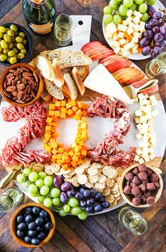New Year's Eve Charcuterie Board New Years Eve Snacks, New Year's Snacks, New Years Dinner, New Year's Eve Appetizers, Appetizer Recipes, Vegetarian New Years Eve Dinner, Tasty Snacks, Vegetarian Appetizers, Dinner Recipes