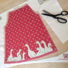 Einfach der gestrichelten Linie entlang ausschneiden... Nähset für ein Kurzkleid. www.musterkitz.com Simple, Cutting Practice, Line, Short Gowns, Sewing Patterns