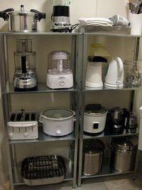 Pequeños electrodomésticos organizadas en estantes.