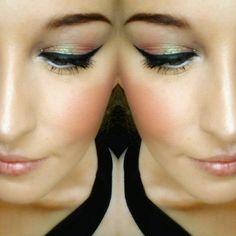 """Aktuell findet ihr auf meinem Blog (Link in der Bio 👆) eine kleine Review und ein Amu über den Heavy Metal Glitter Eyeliner """"Distortion"""" von @urbandecaycosmetics.  Schaut doch mal vorbei. 😊  #beauty #beautyblogger #beautyblog #makeup #makeuplook #lidschatten #blog #blogging #blogger #eyeshadow #schminke #blogger_de #instalike #instamakeup #bblogger #augenmakeup #urbandecay #glitter #glittereyeliner #distortion #beautygram #makeupaddict #germanbeautyblogger #bblogger_de #beautyaddict #eotd"""