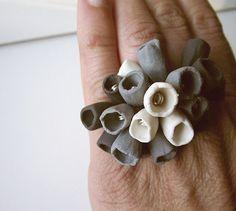 A noi questo anello fatto con il Fimo ci piace da morire. Fiori grandi e imperfetti...MERAVIGLIOSO